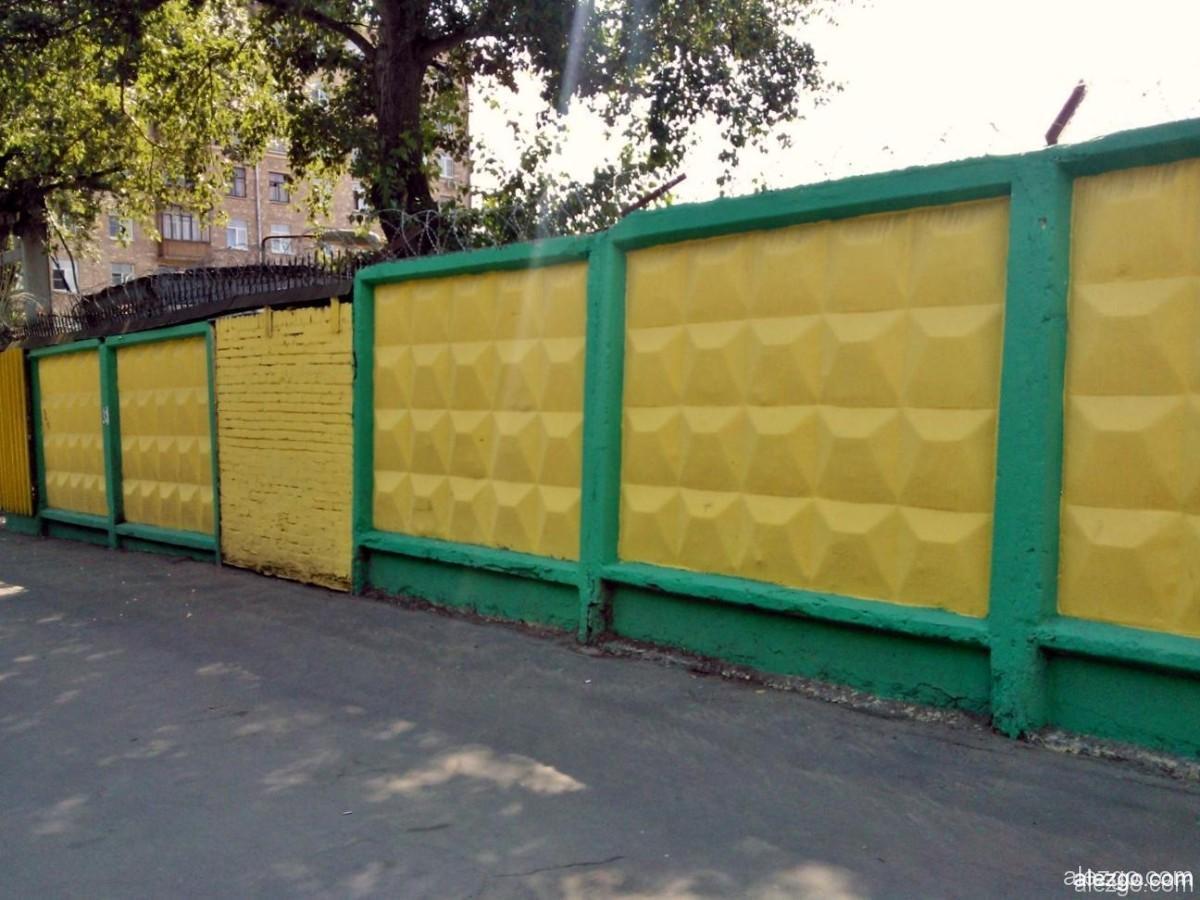 желто-зеленая ограда