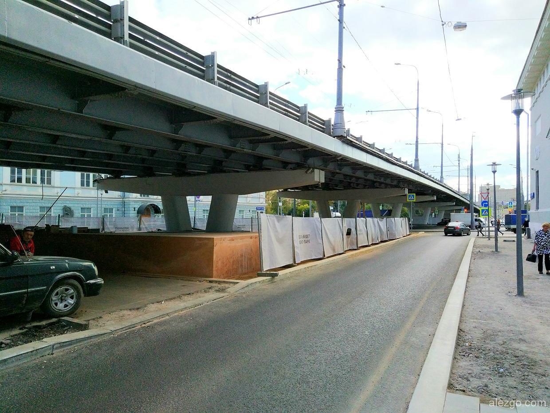 скейтборд под мостом
