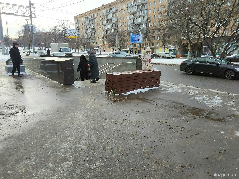 бетонные блоки около переходов в дереве