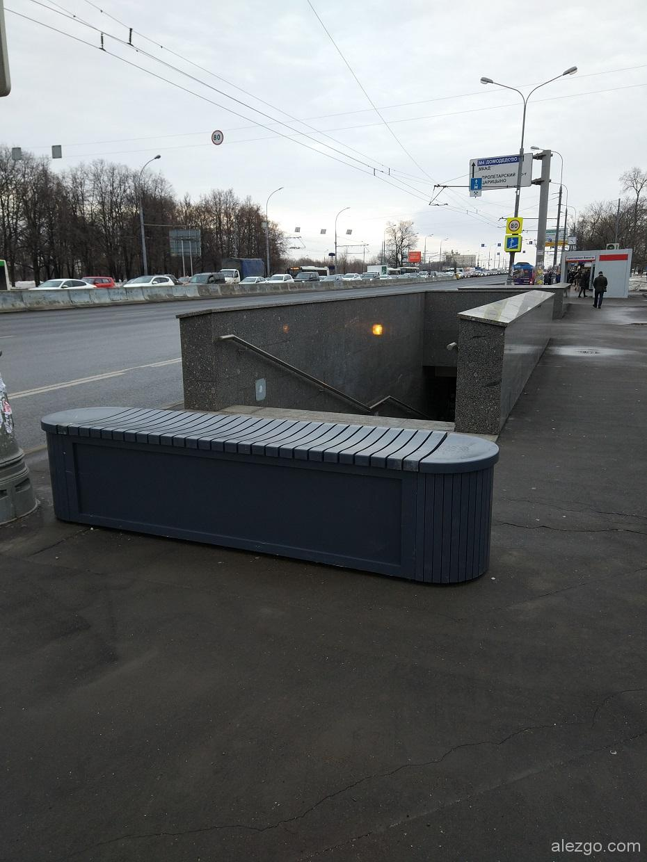 бетонные блоки около переходов в пластике