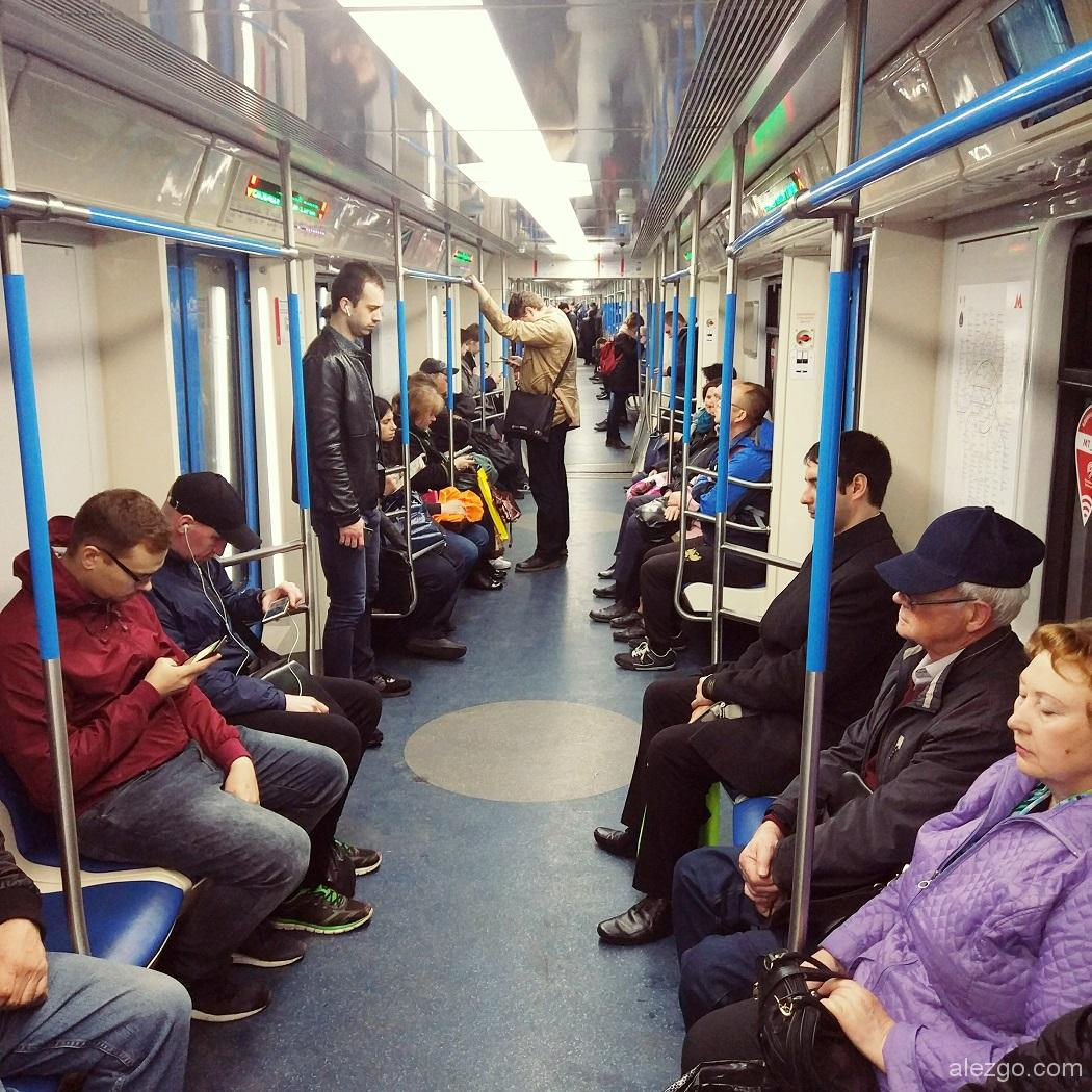 состав метро со сквозным проходом